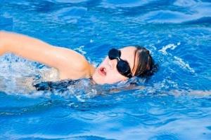 Phòng bệnh trĩ bằng cách bơi lội và tập khí công