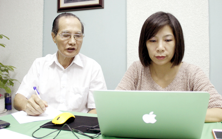 PGS. TS Nguyễn Mạnh Nhâm, Chủ tịch Hội Hậu môn trực tràng học Việt Nam cân nhắc cẩn trọng từng câu trả lời gửi đi.