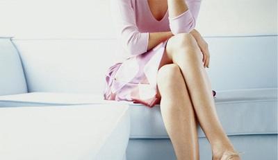Ngồi vắt chéo chân trong thời gian dài gây ra chứng đau lưng và cổ