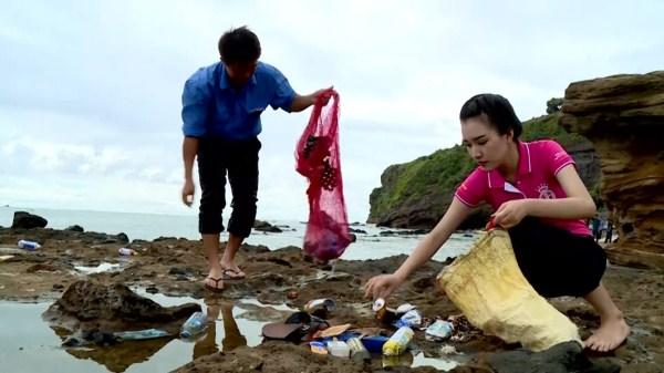 Thí sinh Hoa hậu Việt Nam cùng tình nguyện viên dọn rác tại bờ biển huyện đảo Lý Sơn